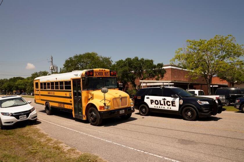 Emergency vehicles and a school bus along a road outside Santa Fe High School. EFE/EPA/FILE