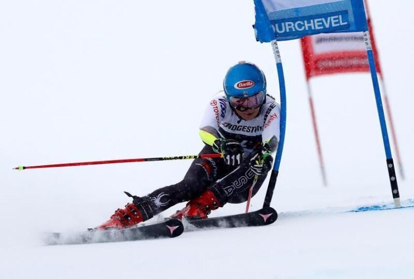 La esquiadora estadounidense Mikaela Shiffrin compite en el eslalon gigante de la Copa del Mundo de esquí alpino, en Courchevel, Francia, hoy, 21 de diciembre de 2018. EFE