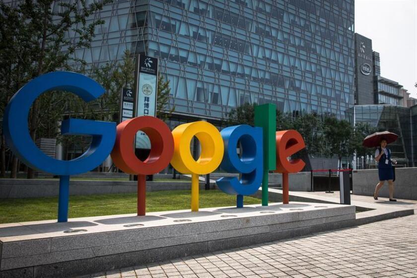 Una mujer camina junto al logotipo de Google cerca de sus oficinas en Pekín (China). EFE/Archivo