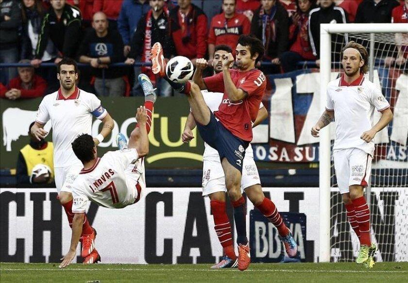 El jugador de Osasuna, Álvaro Cejudo (d), recibe la felicitación de su compañero Damiá Abella (i), tras conseguir el gol de la victoria ante el Sevilla durante el encuentro que ambos equipos han disputado en el Estadio Reyno de Navarra en la penúltima jornada del campeonato de liga. EFE