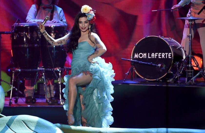 """Mon Laferte interpreta """"Amarrame"""" en la ceremonia."""