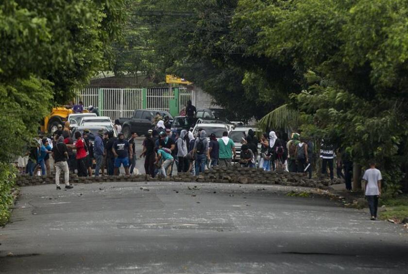 Manifestantes desmontan una barricada en un barrio de la capital en Managua (Nicaragua). EFE