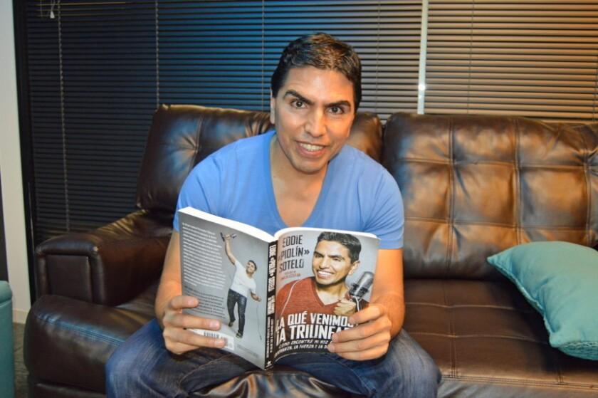 """El locutor mexicano de radio Eddie """"Piolín"""" Sotelo posa con su libro en Los Ángeles."""