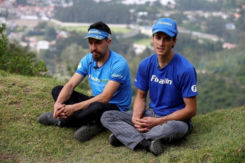 Fotografía del 17 de enero del 2019, de los alpinistas ecuatorianos Roberto Morales (d) y Nicolás Navarrete (i) durante una entrevista con Efe, en Quito (Ecuador). EFE