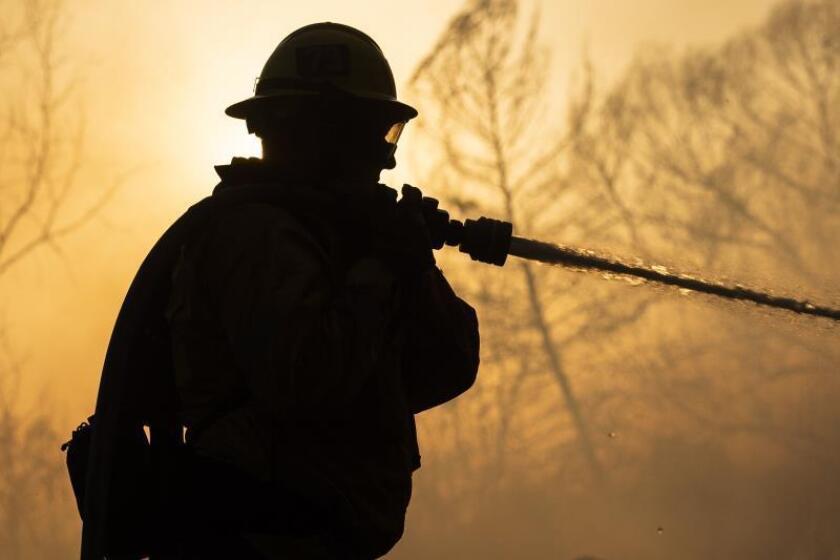 Crece incendio en condado al noroeste de Los Ángeles