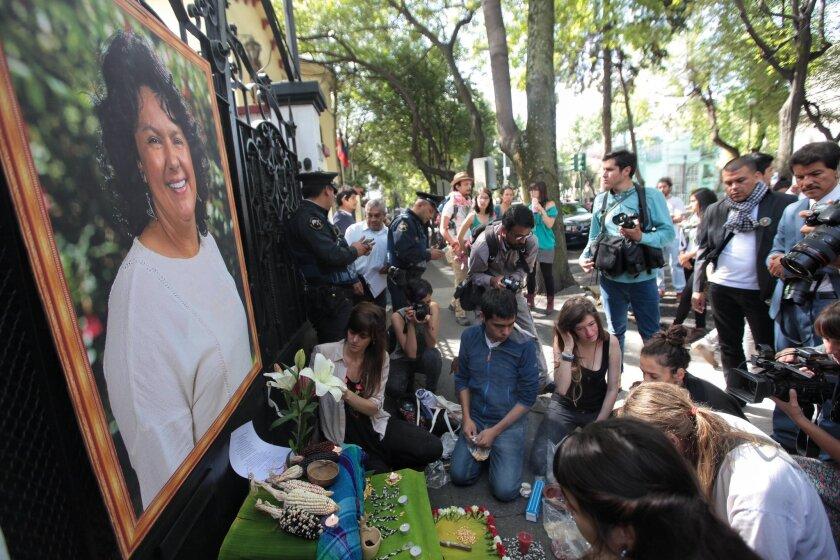 ARCHIVO. Un grupo de personas dejan flores y velas en un altar hecho por organizaciones sociales el miércoles 15 de junio de 2016, durante una protesta en la embajada de Honduras en Ciudad de México (México), para exigir justicia por el homicidio de la ambientalista y defensora de los derechos humanos Berta Cáceres, asesinada el pasado 02 de marzo. EFE /Sáshenka Gutiérrez