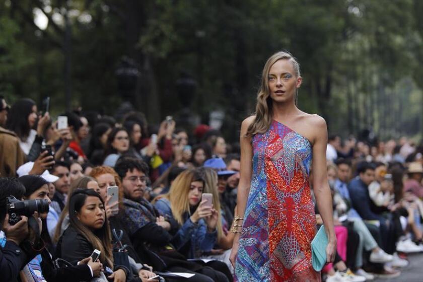 Modelos presentan creaciones de la firma mexicana Pineda Covalín hoy, viernes 11 de octubre de 2018, durante el la Semana de la Moda Mercedes Benz, en Ciudad de México (México). EFE