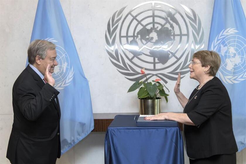 Fotografía cedida por la ONU donde aparece su secretario general, António Guterres, mientras toma juramento a la expresidenta de Chile Michelle Bachelet como nueva alta comisionada para los Derechos Humanos, hoy, miércoles 5 de septiembre de 2018, en la sede del organismo en Nueva York (EE.UU.). EFE/Mark Garten/Cortesía ONU/SOLO USO EDITORIAL/NO VENTAS