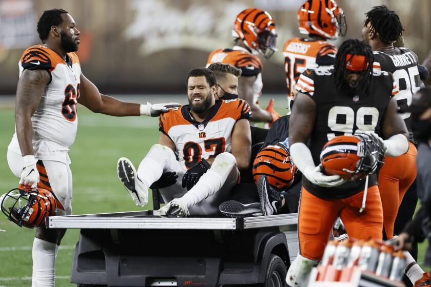 C.J. Uzomah (87), de los Bengals de Cincinnati, es transportado después de sufrir una lesión.