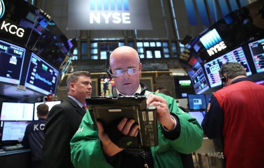 Wall Street cerró hoy en territorio mixto y el Dow Jones de Industriales, su principal indicador, subió un 0,36 % y conquistó un nuevo récord histórico, mientras que el índice compuesto del mercado Nasdaq cayó un 1,36 %. EFE/ARCHIVO