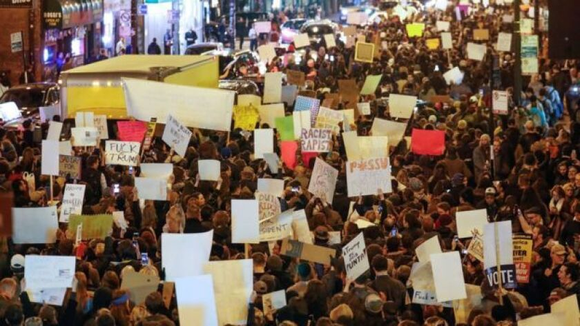 Estudiantes de secundaria en Berkeley, California, protestaron contra Trump.
