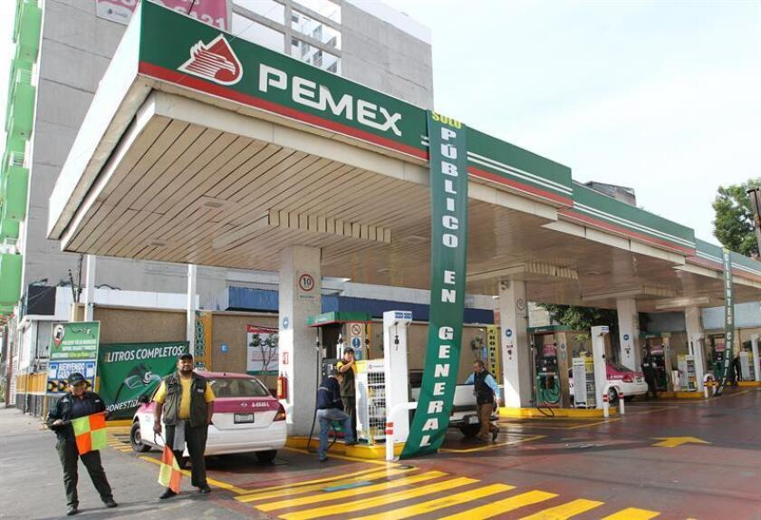Empleados de gasolineras que se encuentran parcialmente con servicio normal, esperan el abasto de Pipas (camiones cisterna) cargadas con combustible, el viernes 18 de enero de 2019 en Ciudad de México (México). EFE/Archivo