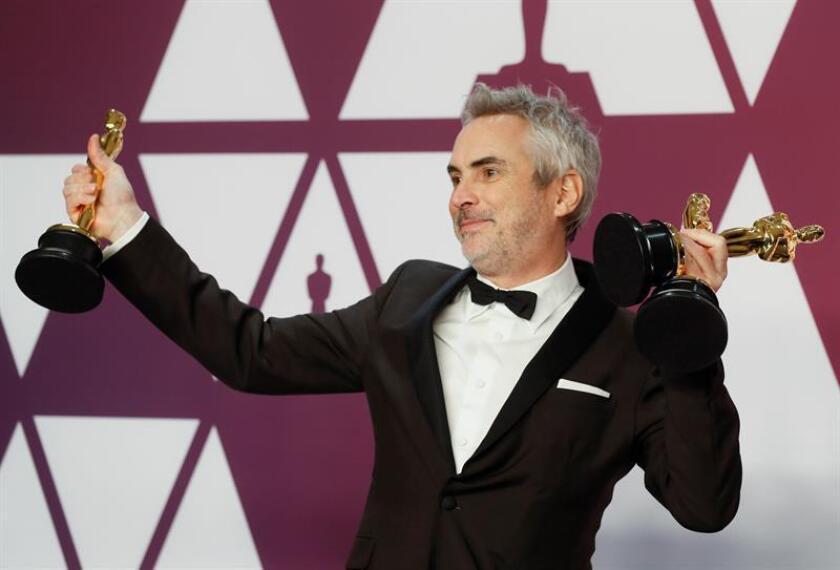"""El director mexicano, Alfonso Cuaron, posa para los medios de comunicación con el Oscar al mejor director, conseguido esta noche por su película """"Roma"""". EFE"""