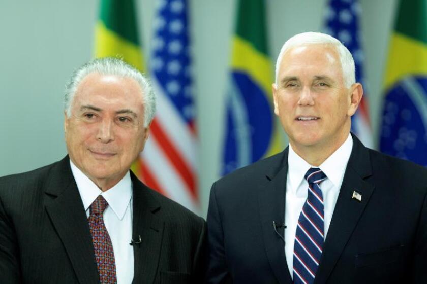El vicepresidente de Estados Unidos Mike Pence (d) es recibido por el presidente de Brasil Michel Temer (i) hoy, martes 26 de junio de 2018, en el Palacio presidencial de Planalto, en Brasilia (Brasil). EFE