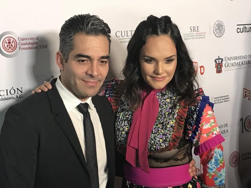 Omar Chaparro al lado de su esposa Lucía Ruiz en la alfombra roja de inauguración del FICG in LA, este viernes en el Egyptian Theatre de Hollywood.