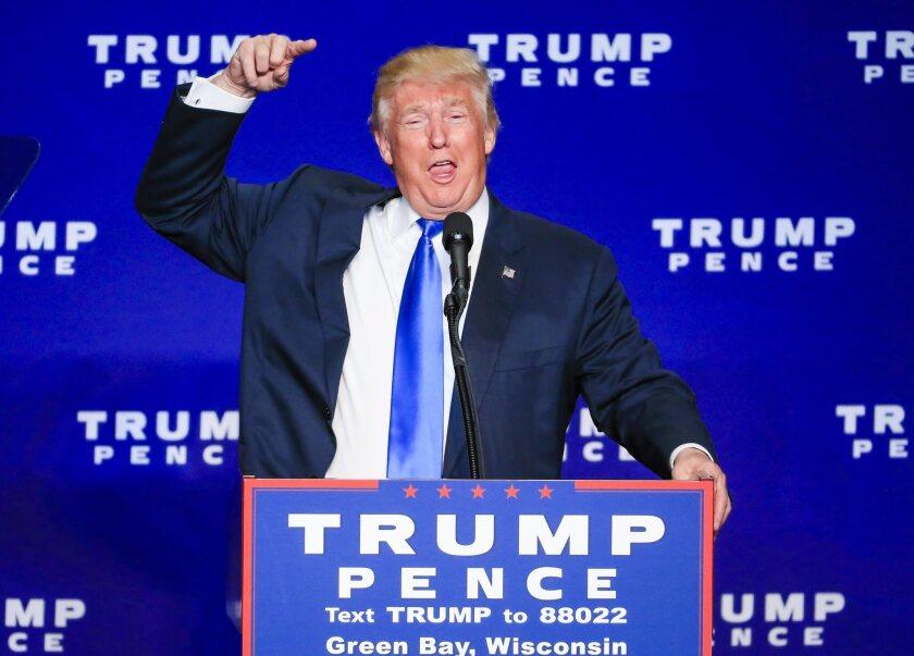 El empresario y candidato presidencial republicano Donald Trump, habla el lunes 17 de octubre de 2016, durante un evento de campaña en el KI Convention Center en Green Bay, Wisconsin (EE.UU.). Trump y su oponente demócrata Hillary Clinton se encontrarán en el debate final presidencial este 19 de octubre. EFE/TANNEN MAURY