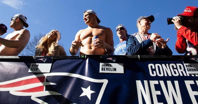 El ala cerrada de los Patriots de Nueva Inglaterra Rob Gronkowski (C) durante la celebración de la victoria en la Super Bowl LIII, este martes en Boston (Estados Unidos). EFE