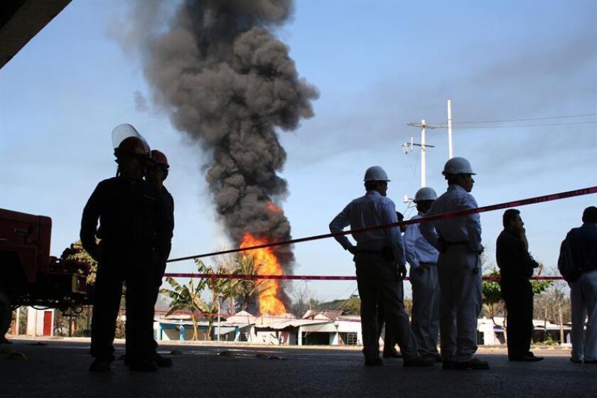 Dos personas perdieron la vida y dos resultaron heridas tras la explosión de una toma clandestina de combustible ocurrida en el municipio de Huimanguillo, en el estado de Tabasco, sureste de México, informó hoy la Secretaría de Salud de la entidad. EFE/Archivo