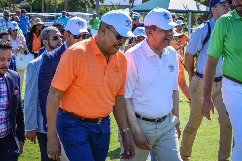 El expresidente de República Dominicana Leonel Fernández (d) y el primer dominicano en llegar al Salón de la Fama del Béisbol, Juan Marichal (i), inauguran este lunes en Miami (EE.UU.) la décimo tercera edición del torneo de golf benéfico organizado por la Fundación Global Democracia y Desarrollo (Funglode). EFE