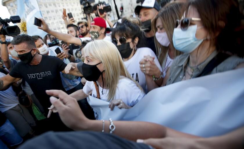 Cientos de personas se manifiestan en Argentina por la muerte de Maradona, exigen a las autoridades justicia