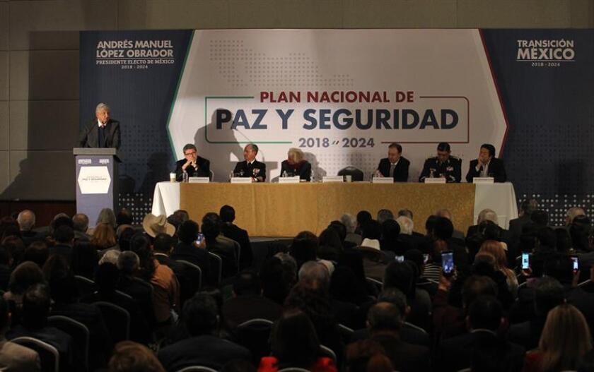 El presidente electo de México Andrés Manuel López Obrador (i), habla en Ciudad de México (México), durante la presentación del Plan Nacional de Paz y Seguridad 2018-2024, entre cuyos ejes está la creación de una Guardia Nacional para combatir la violencia e inseguridad en el país. EFE/Archivo
