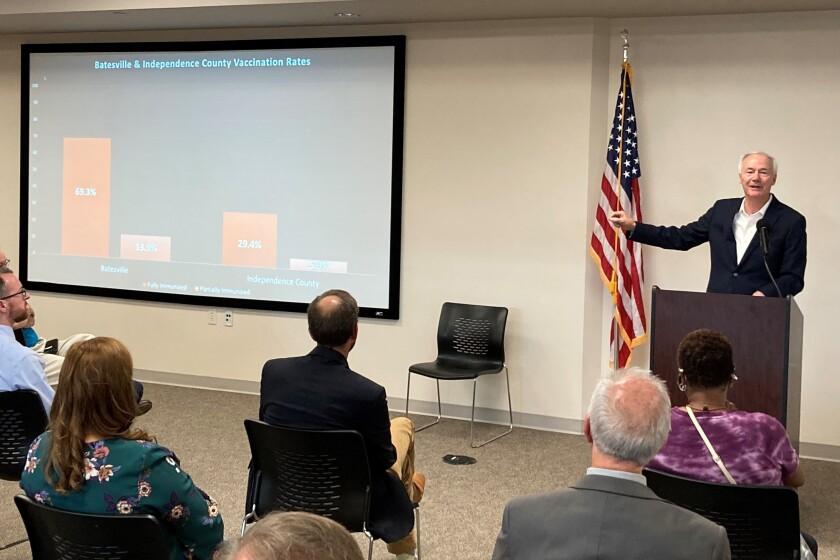 El gobernador de Arkansas, Asa Hutchinson, muestra gráficos sobre las tasas de vacunación