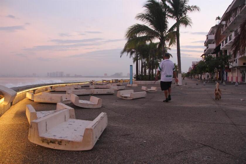 El huracán Fabio se debilitó durante la madrugada de este jueves a tormenta tropical y se prevé que continúe perdiendo intensidad en el transcurso del día, indicó hoy el Servicio Meteorológico Nacional (SMN) de México, y añadió que por su lejanía el meteoro no afecta al país. EFE/Archivo