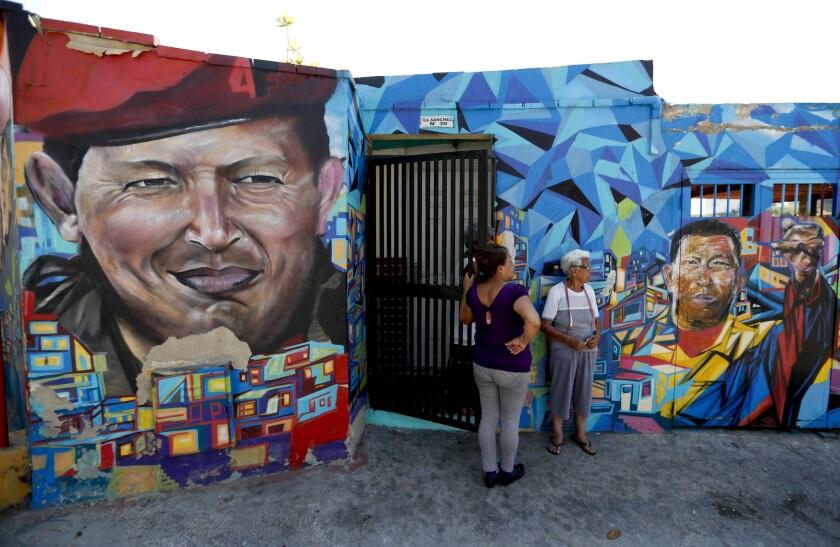 Los murales del fallecido presidente de Venezuela, Hugo Chávez, decoran las paredes exteriores de las casas cercanas al museo militar donde están enterrados los restos del líder venezolano, en Caracas.