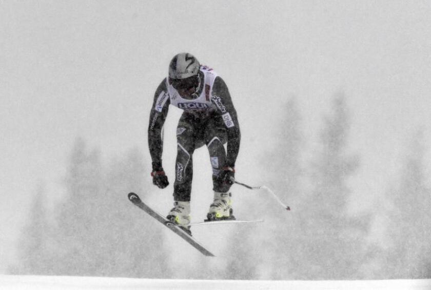 El noruego Aksel Lund Svindal efectúa su salto en Downhill, Suecia. EFE/EPA
