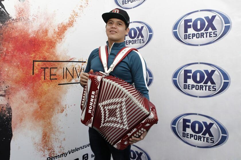 El artista de regional Remmy Valenzuela durante su visita a las instalaciones de Fox Deportes.