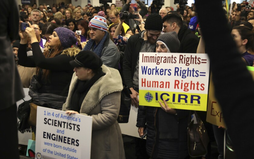 """Manifestantes realizan un acto en apoyo a los derechos de los inmigrantes, en Chicago, el sábado 14 de enero de 2017. Los defensores de los inmigrantes realizaron una serie de manifestaciones en todo el país contra el presidente electo Donald Trump, quien ha prometido mostrarse intransigente en la materia. El cartel dice: """"Derechos de inmigrantes = Derechos de trabajadores = derechos humanos"""". (Abel Uribe/Chicago Tribune vía AP)"""