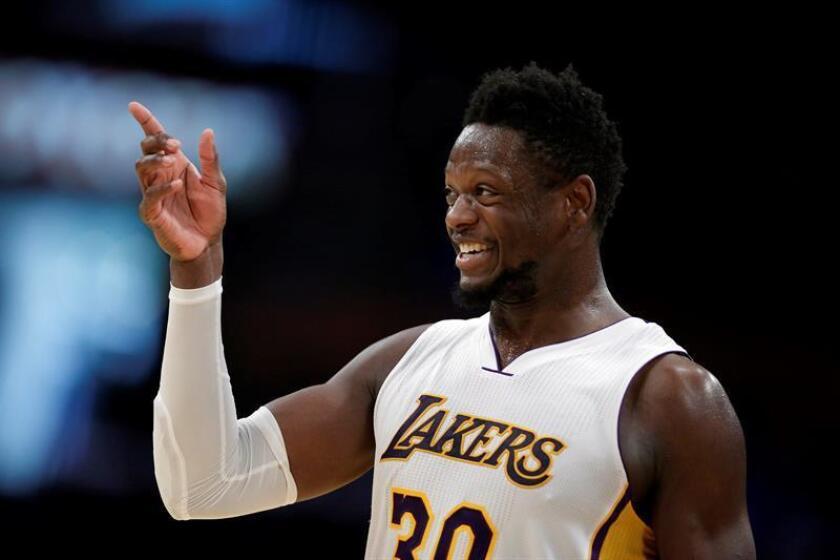El ala-pívot Julius Randle (imagen) lo apoyó al conseguir 19 puntos, mientras que el base reservas Jordan Clarkson volvió a ser el sexto jugador de los Lakers al aportar 18 tantos, incluidos 4 de 7 triples. EFE/Archivo