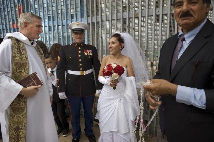 Emma Sánchez, de 40 años, y su esposo, Michael Paulsen (c), de 50, conversan con el reverendo Dermot Rogers (i), este 19 de julio de 2015, en San Diego, California (EE.UU.). EFE