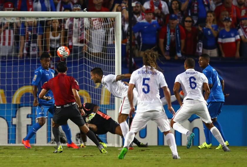 Clint Dempsey (c) conectó el balón y anotó el primer gol de Estados Unidos sobre Honduras.