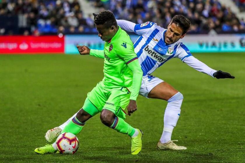 El defensa mexicano del Leganés, Diego Reyes (d), disputa el balón con el centrocampista nigeriano del Levante, Moses Simon (i), durante el partido de la jornada 26 de Liga de Primera División disputado en el estadio de Butarque. EFE