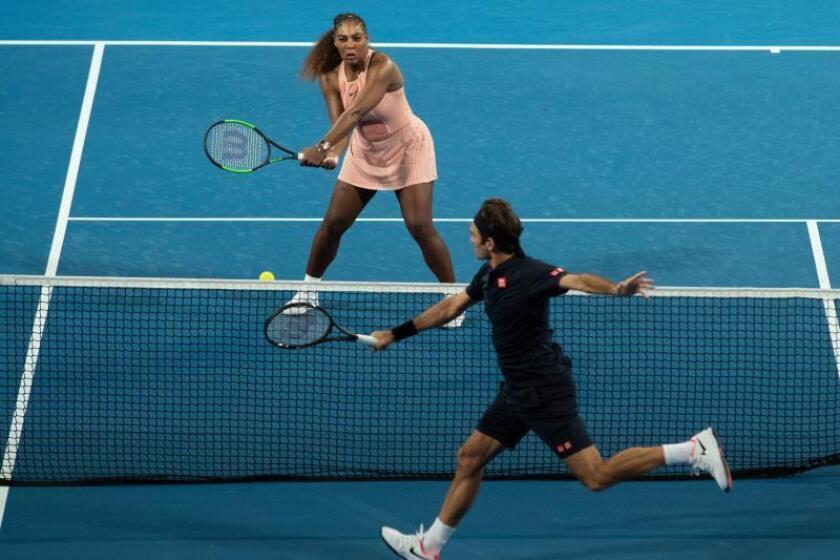 Serena Williams de Estados Unidos y Roger Federer de Suiza durante el partido. EFE