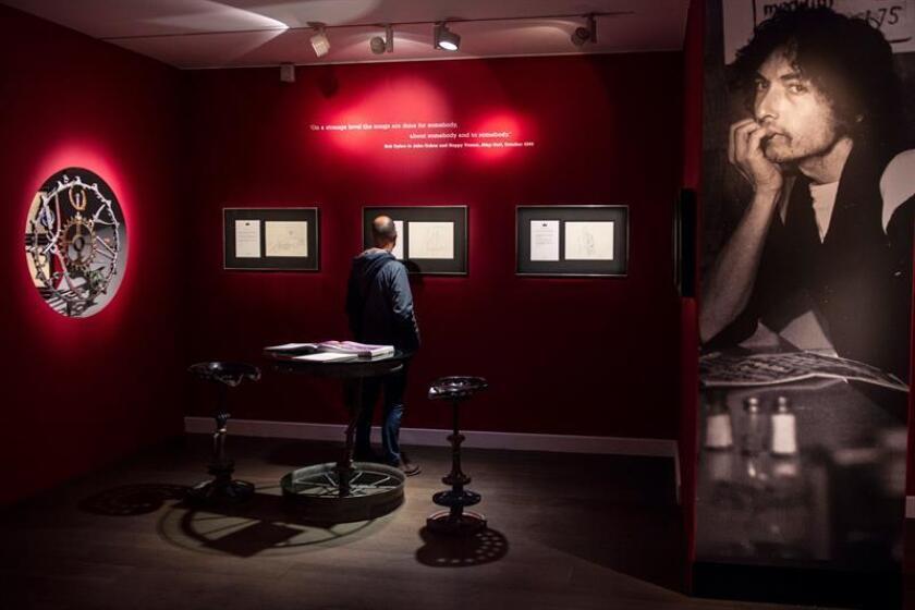 """Un visitante contempla un mural con letras y dibujos del cantante y compositor estadounidense Bob Dylan durante el pase gráfico de la exposición """"Mondo Scripto"""", en la galería Halcyon, Londres (Reino Unido) hoy, 8 de octubre del 2018. La muestra se puede visitar desde el 9 de octubre hasta el próximo 30 noviembre. EFE"""