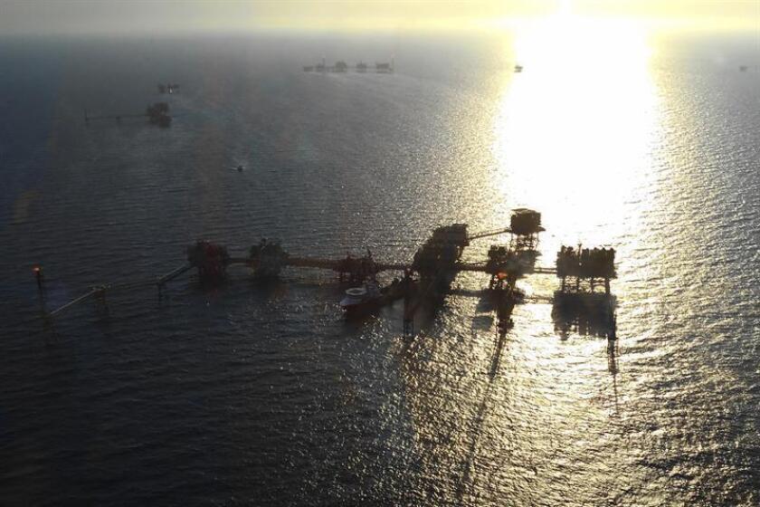 Imagen de una plataforma petrolera de la estatal Petróleos Mexicanos (Pemex) ubicada frente a las playas de Ciudad del Carmen, localidad costera del estado mexicano de Campeche. EFE/Archivo