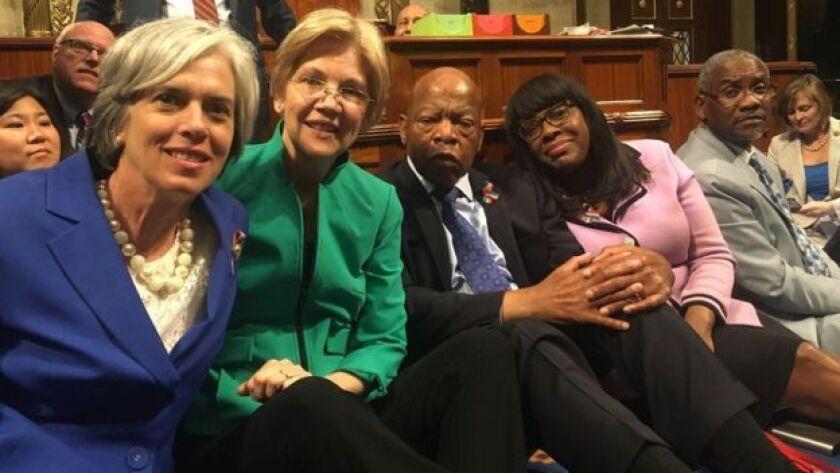 La senadora demócrata Elizabeth Warren (de chaqueta verde) se unió a la protesta que lidera el legislador John Lewis (de traje negro).