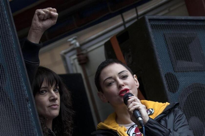 Las actrices Asia Argento (i) y Rose McGowan (d) participan en una marcha. EFE/Archivo