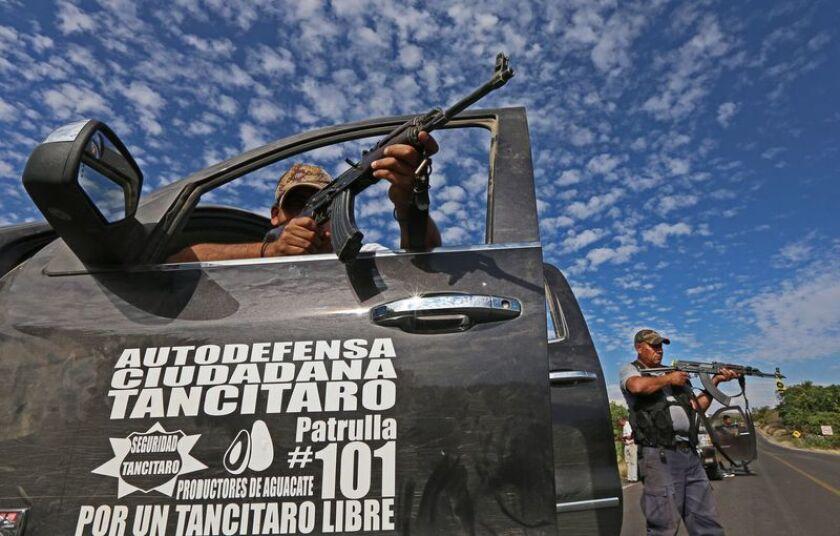Miembros de un grupo de autodefensas patrullan en un poblado de México.
