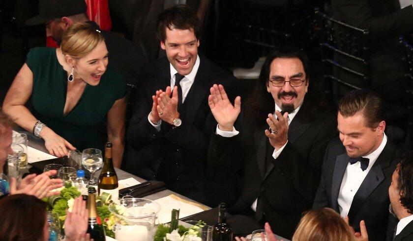 """A la der., Leonardo DiCaprio, y al otro extremo, Kate Winslet, los recordados protagonistas de """"Titanic"""", quienes compartieron la misma mesa y se abrazaron cuando se anunció la victoria del primero en los Premios del SAG del sábado pasado."""