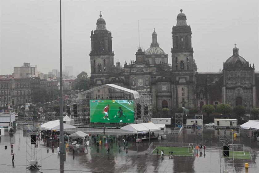 Vista general de la poca afluencia de aficionados frente a las pantallas gigantes que transmiten la inauguración y primer juego del Mundial de Fútbol Rusia 2018, hoy, jueves 14 de junio de 2018, como consecuencia de las lluvias persistentes que se dejan sentir en Ciudad de México (México). EFE