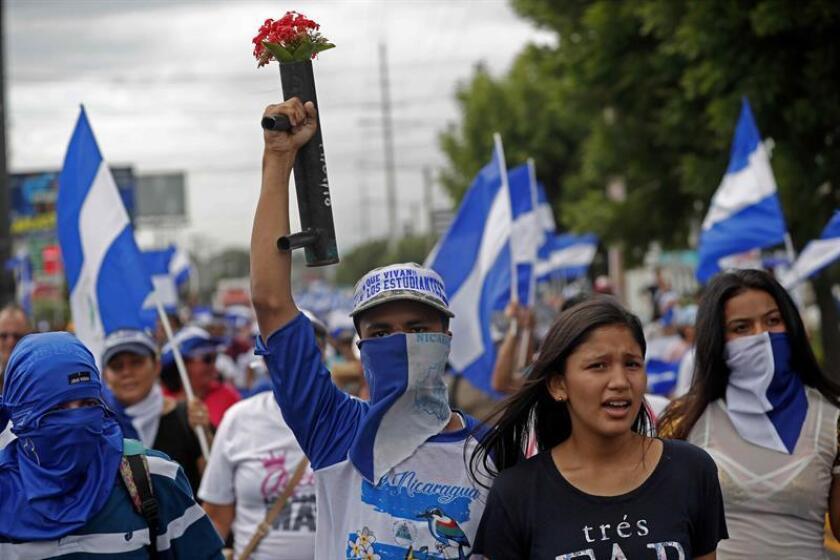 Jóvenes participan en una marcha convocada para apoyar a los médicos que fueron destituidos por atender manifestantes ayer, martes 31 de julio de 2018, en Managua (Nicaragua). EFE