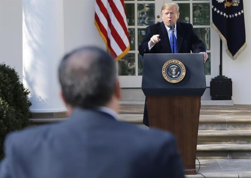 El presidente estadounidense, Donald Trump (d), reprende al periodista Biran J. Karem (i) durante una rueda de prensa. EFE/Archivo