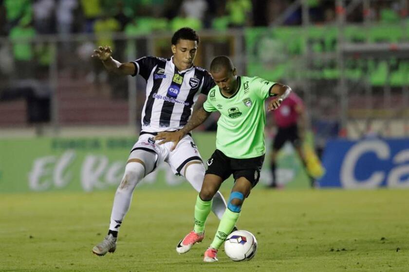 Adalberto Carrasquilla from Tauro FC vies for the ball with Alcides de los Rios (r) from Costa del este FC at the Rommel Fernandez stadium in Panama City. EPA- EFE/Bienvenido Velasco