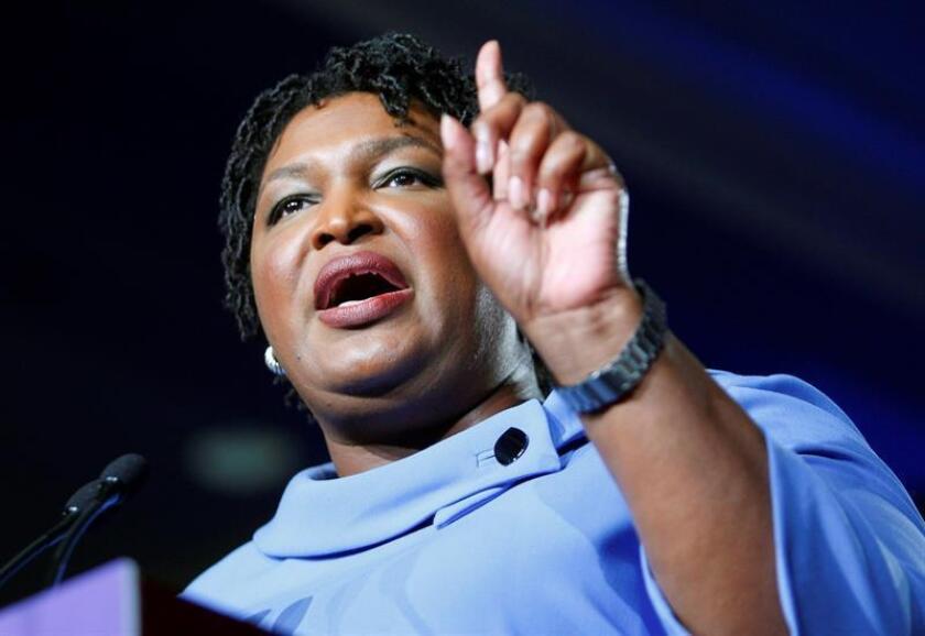 La candidata demócrata a gobernadora de Georgia Stacey Abrams da un discurso a sus simpatizantes para rechazar conceder la victoria al republicano Brian Kempt durante un evento de la noche electoral de los comicios legislativos en un hotel de Atlanta, Georgia (Estados Unidos). EFE