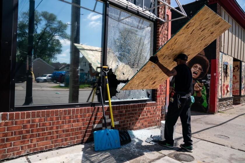مردی از پنجره مشاغل بالا می رود ، در اثر اصابت گلوله به او ضربه می خورد