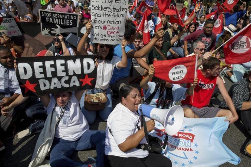 Manifestantes participan en una marcha sobre la eliminación del programa de Acción Diferida para los Llegados en la Infancia (DACA). EFE/Archivo