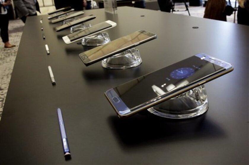 """Samsung anunció hoy que volverá a poner a la venta en Europa su """"phablet"""" Galaxy Note 7 el próximo 28 de octubre, después de que a comienzos de este mes tuviera que retirarla del mercado tras reconocer que las baterías de varios terminales habían sufriendo problemas de ignición."""